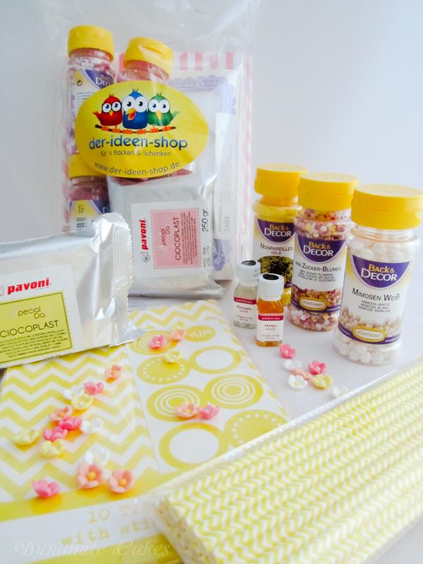 Der Ideen-Shop hat für jeden Teilnehmer farblich passende Päckchen gepackt mit Modellierschokolade, drei Streudekore, viele Zuckerblümchen, Strohhalme, Geschenktüten und zwei Aromen.