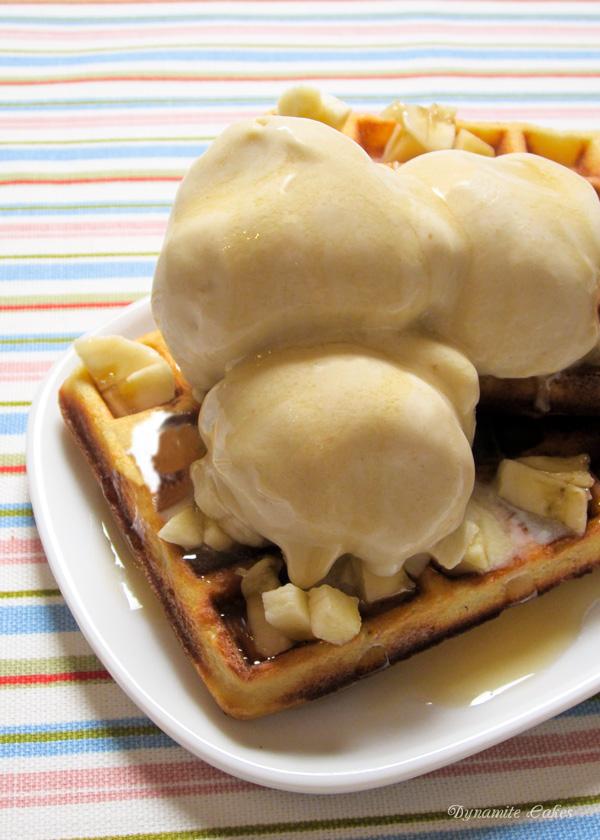 Bananen-Eiscreme mit Waffeln und Ahornsirup