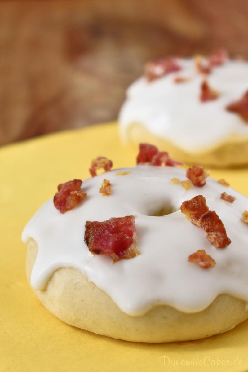 Im Ofen gebackene Donuts mit Whisky-Zuckerguss und crunchigem Bacon - Rezept auf DynamiteCakes.de